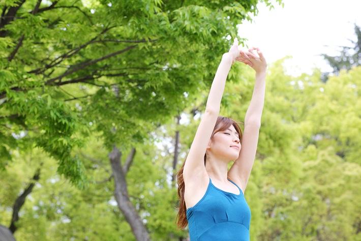 立って腹式呼吸できるために全身リラックスするストレッチを...