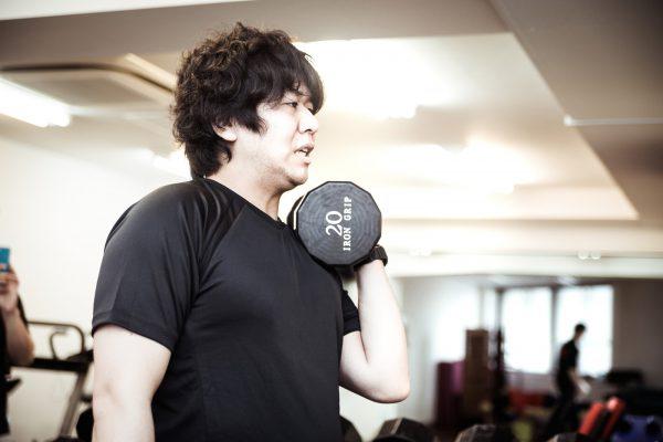 筋力トレーニングをする男性