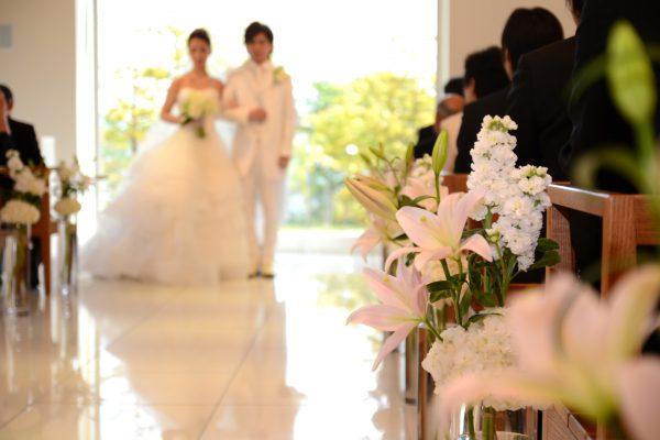 結婚式を挙げる夫婦