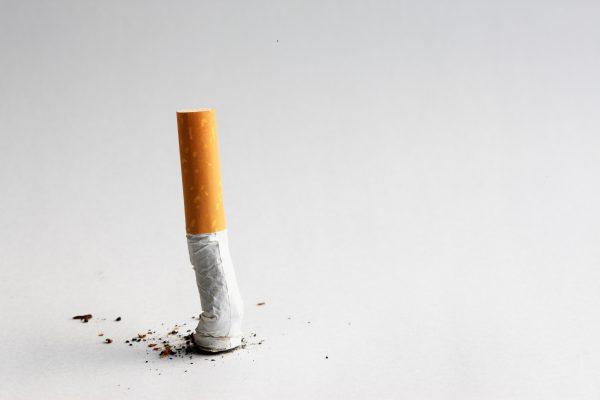 床に擦り付けた煙草の吸いがら