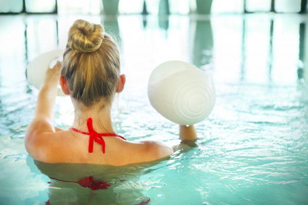 プールで水中エクササイズをする女性