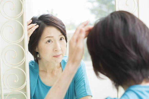 メラニン(メラニン色素)を含まない髪の毛が白髪