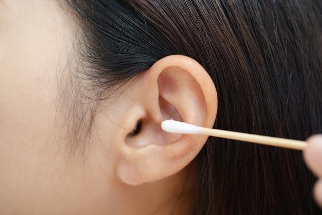 間違った方法では耳が聞こえにくくなることも!? 耳垢の正しいとり方とは?